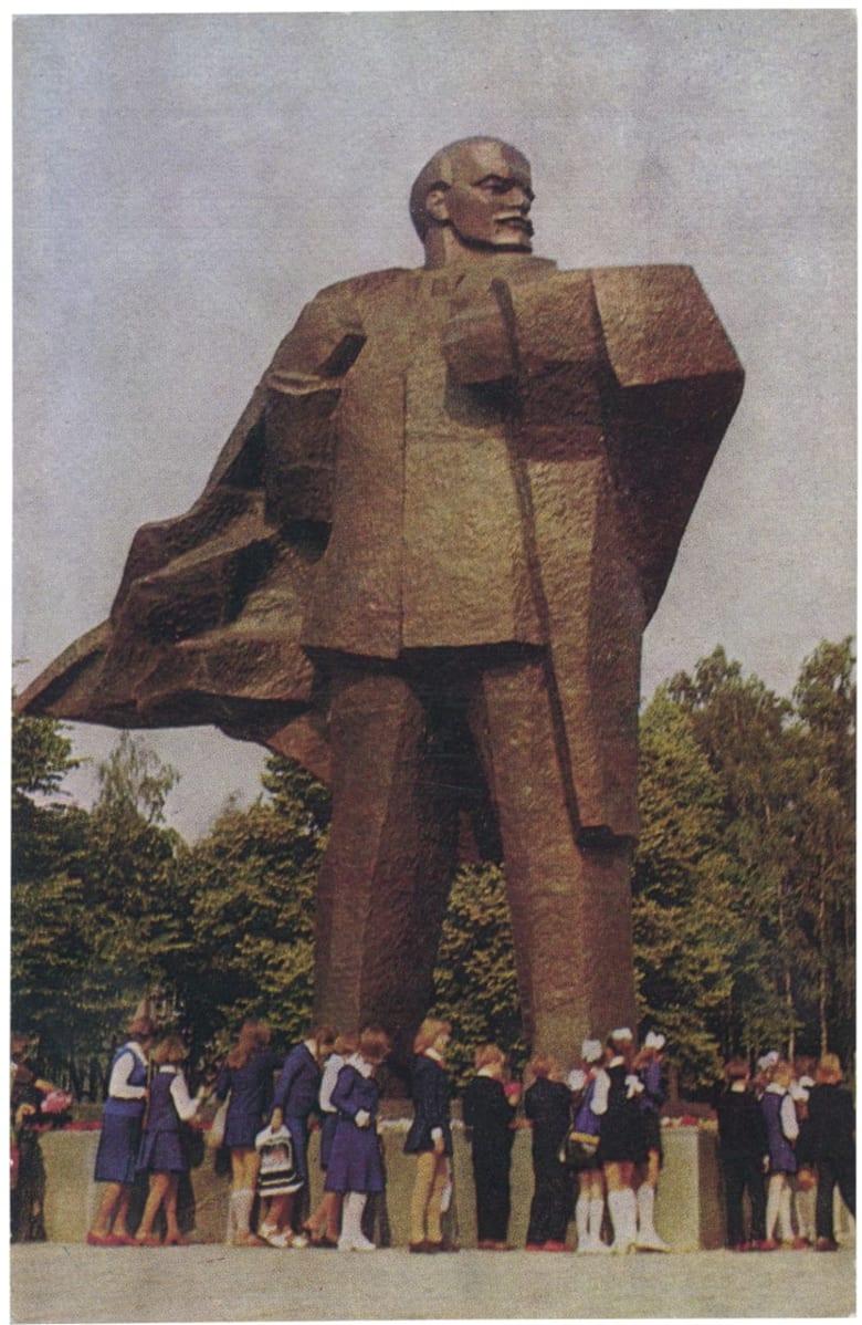 تعرف إلى بروباغندا الحقبة السوفياتية من خلال هذه البطاقات البريدية