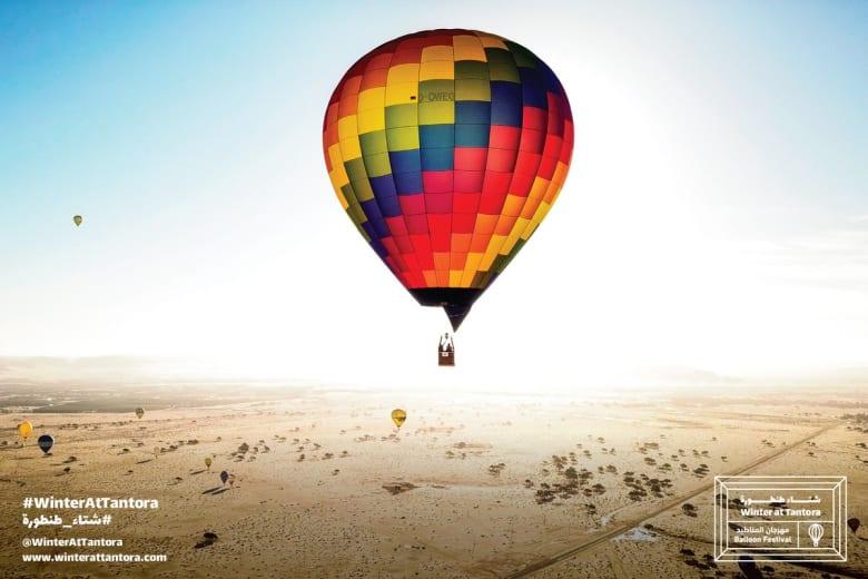 مناطيد ملونة تزين سماء محافظة العلا بالسعودية بشكل ساحر