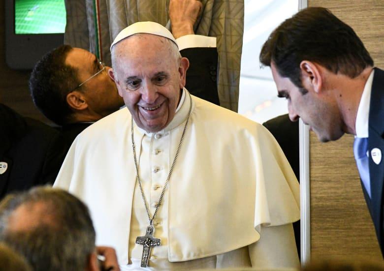 وصول البابا فرنسيس إلى الإمارات.. والشيخ محمد بن زايد باستقباله