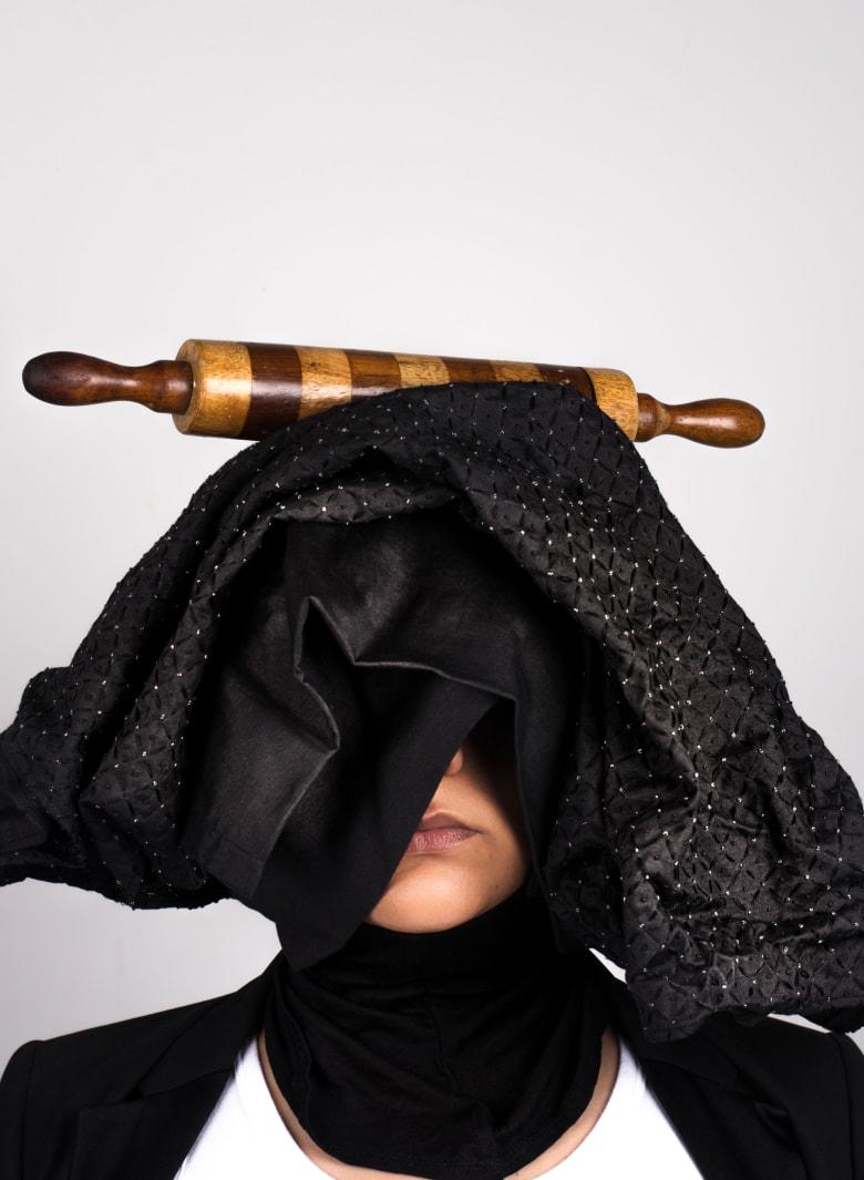 لماذا تستخدم هذه المرأة الباكستانية معدات الطهي لتغطي بها وجهها؟