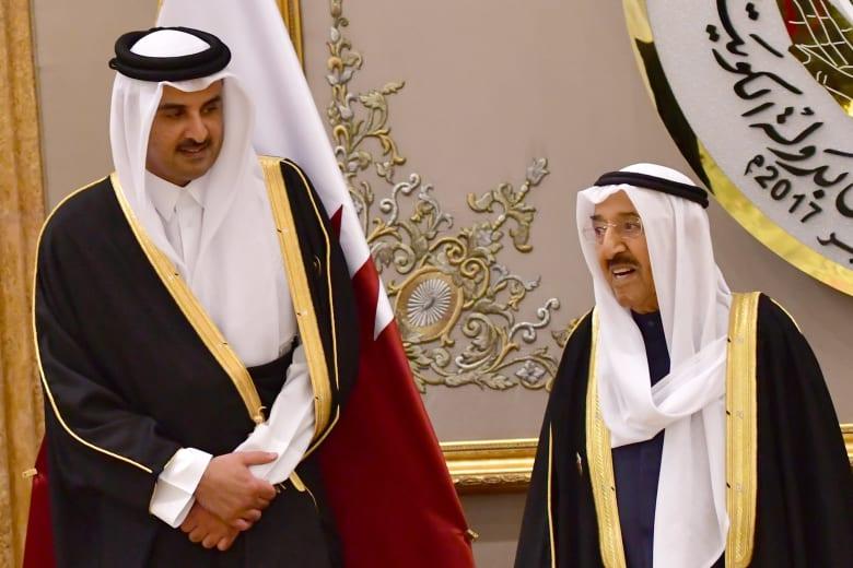 الشيخ تميم يهدي قميص المنتخب القطري لأمير الكويت