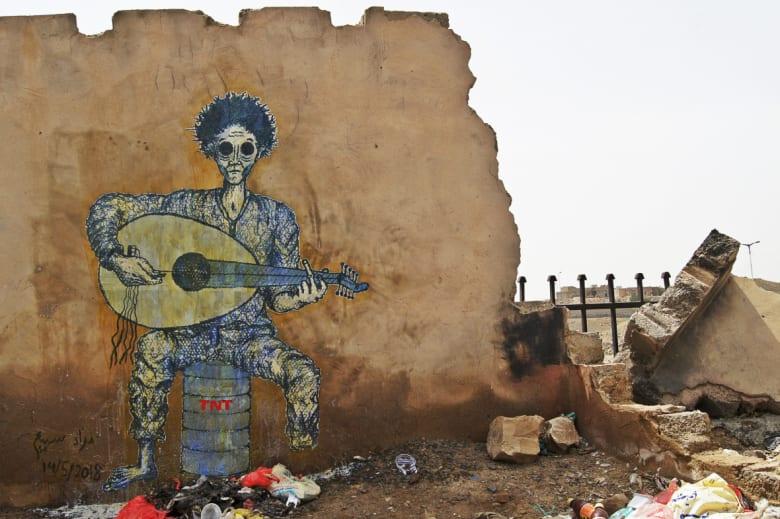 فنان يمني يستخدم الجدران المدمرة كلوحات لتوثيق يوميات الحرب