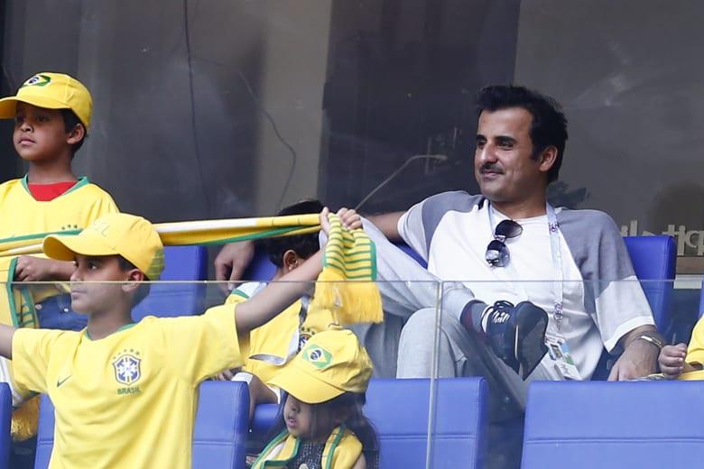 أمير قطر يشارك الأطفال لعب كرة القدم.. ويمتدح أكاديمية أسباير