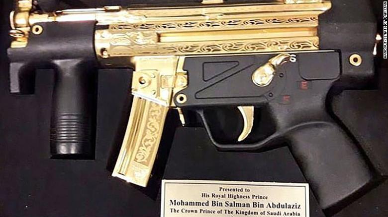 مسدس من ذهب.. هدية نواب باكستانيين لمحمد بن سلمان