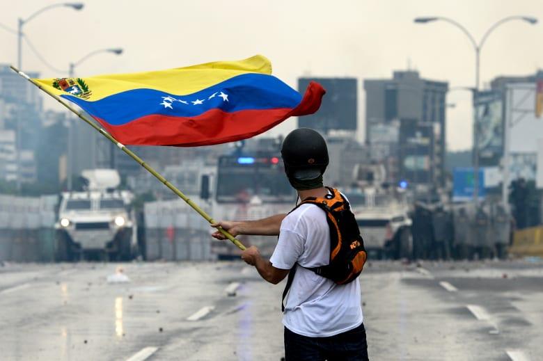 """العنف يتصاعد على الحدود الفنزويلية...ومادورو يقطع """"العلاقات الدبلوماسية"""" مع كولومبيا"""
