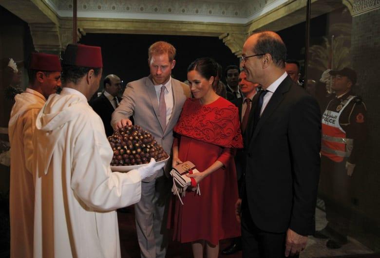 ميغان ماركل تتألق في المغرب بفستان أحمر.. من مصممه؟