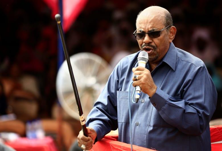 رئيس السودان عمر البشير يفوّض صلاحياته برئاسة حزبه لنائبه