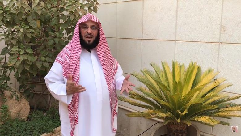 """الداعية السعودي القرني يحذر من كلمات """"تخرج من الملّة"""".. ومغردون يردون: يا شيخ تكلم عن الاختلاط والمراقص أفضل"""