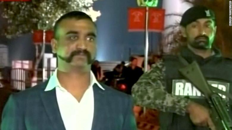 شارب هذا الطيار الهندي يصبح من صيحات الموضة.. كيف يبدو؟
