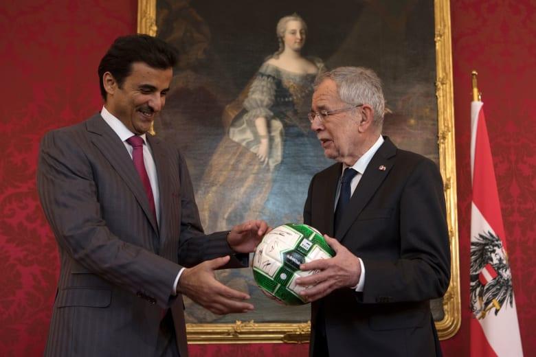 """أمير قطر يتلقى """"كرة"""" من رئيس النمسا بمناسبة استضافة مونديال 2022"""