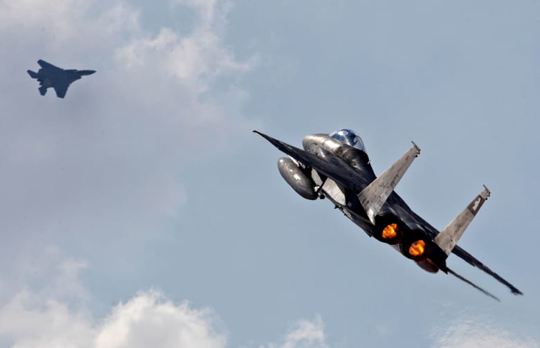 مقارنة بين قدرات المقاتلة الروسية SU-27 والأمريكية F15.. أيهما الأقوى؟