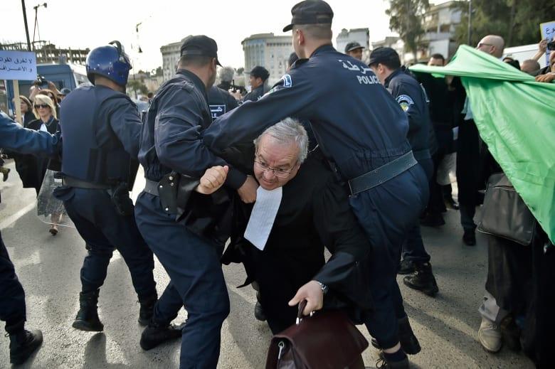 """فرعون تنقل رسالة بوتفليقة: إشادة بـ""""نضج"""" الجزائريين.. وتحذير من اختراق الاحتجاجات"""