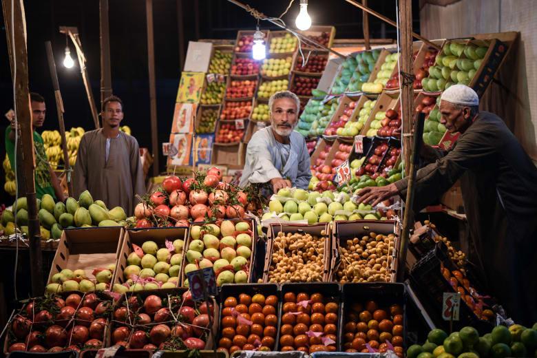 الخضروات والخبز ترفعان التضخم في مصر.. وخبير يستبعد خفض الفائدة الآن