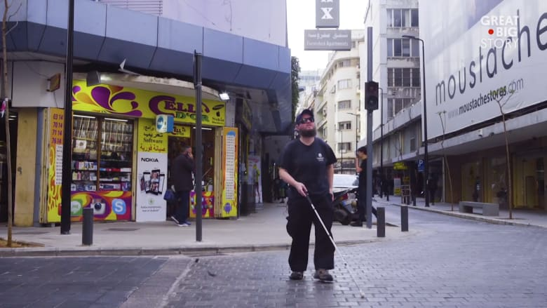 بريطاني أعمى يبحث عن أدلة صوتية في بيروت..ماذا وجد؟
