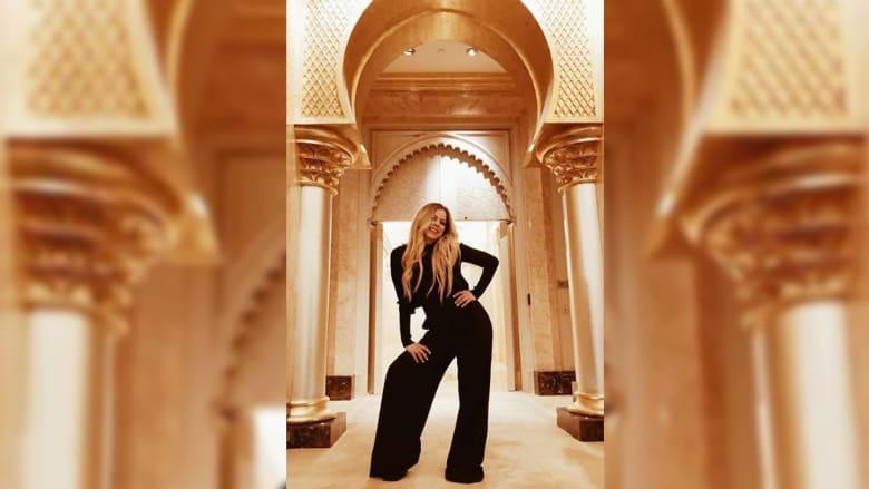 بعد أن أحيت حفلها في الإمارات.. فنانة عالمية ترتدي العباءة والشيلة