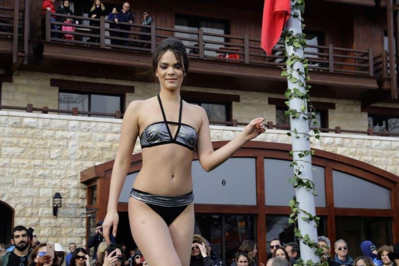 """عارضات أزياء بملابس البحر..""""يتمخترن"""" فوق ثلوج فاريا في لبنان"""