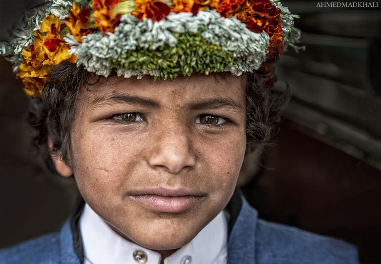 يزين هؤلاء الرجال السعوديون رؤوسهم بأكاليل الزهور