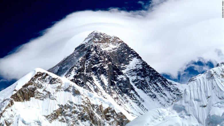 ذوبان الثلج في قمة إيفيريست يكشف عن جثث ابتلعها الجليد