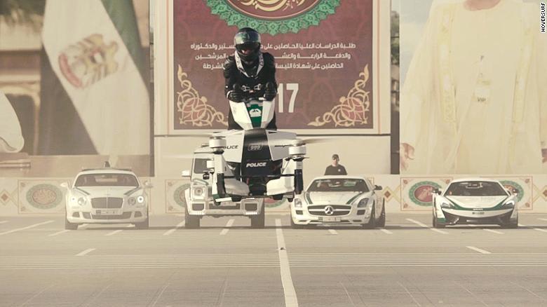 مع تطور التكنولوجيا المستمر، دائماً ما نرى اختراعات ومركبات جديدة لم نتخيل أن نراها قط إلافي القصص والأفلام الخيالية. ومن ضمن تلك المركبات، ستجوب الدراجات الطائرة مدينة دبي قريباً.