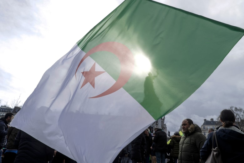 وسط مطالب بإعلان خلو منصب الرئاسة.. ما هي المادة 102 من الدستور الجزائري؟
