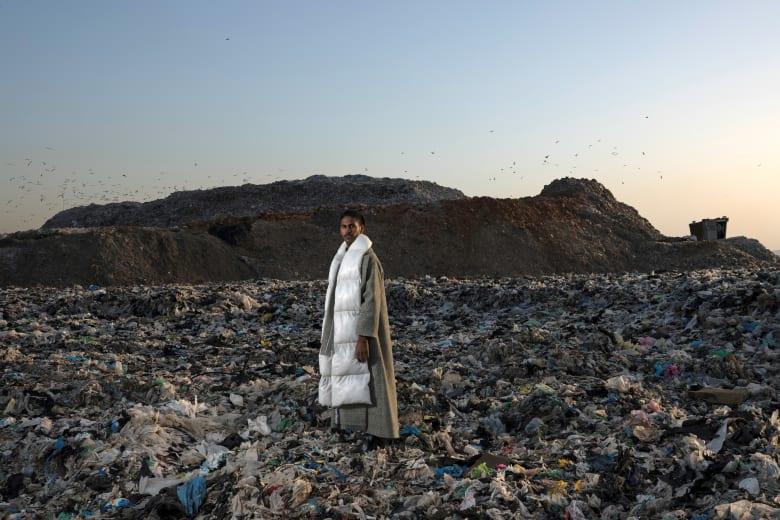 """ما سر وقوف هذه العارضات بين جبال القمامة ورائحتها """"القاتلة""""؟"""