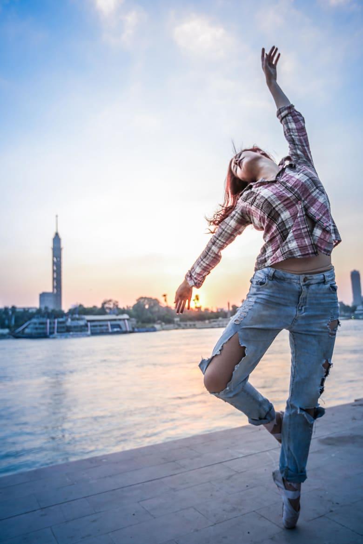 راقصات بالية يتمايلن على أنغام صخب مدينة القاهرة.. فما الهدف؟