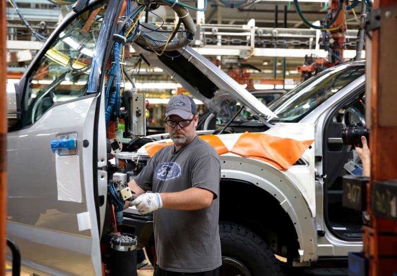 """""""فورد"""" الأمريكية تغلق 3 من مصانع سياراتها في روسيا"""