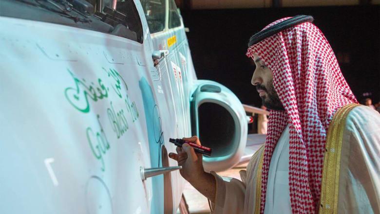 """محمد بن سلمان يدشن أول طائرة """"هوك"""" مجمعة محليا: حلق فوق أغلى أرض"""