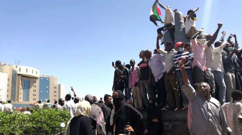 السودان: حشود من المتظاهرين أمام مقر القوات المسلحة.. والبشير يدعو للحوار
