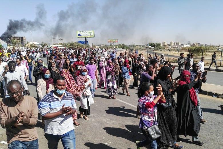 """السودان.. مظاهرات خارج المجمع الرئاسي.. والشرطة تُعلن مقتل شخص بـ""""أعمال شغب"""""""