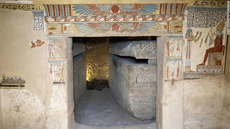 اكتشاف مقبرة مزدوجة لرجل وزوجته مليئة بالقطط المحنطة والفئران في مصر