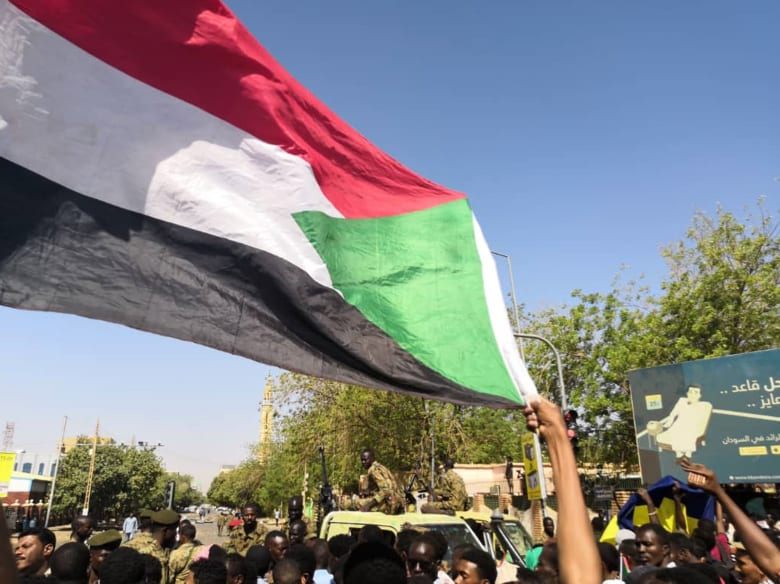 أحدهما عسكري كان يحمي المتظاهرين.. ضحيتان جديدتان على يد الأمن السوداني
