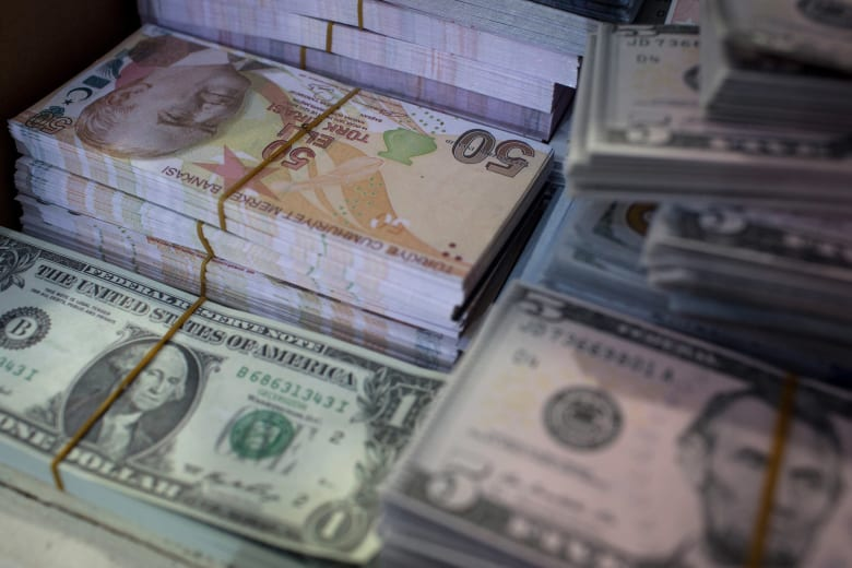 تركيا.. أرباح كبيرة للمستثمرين في الدولار وخسائر حادة لليرة والأسهم