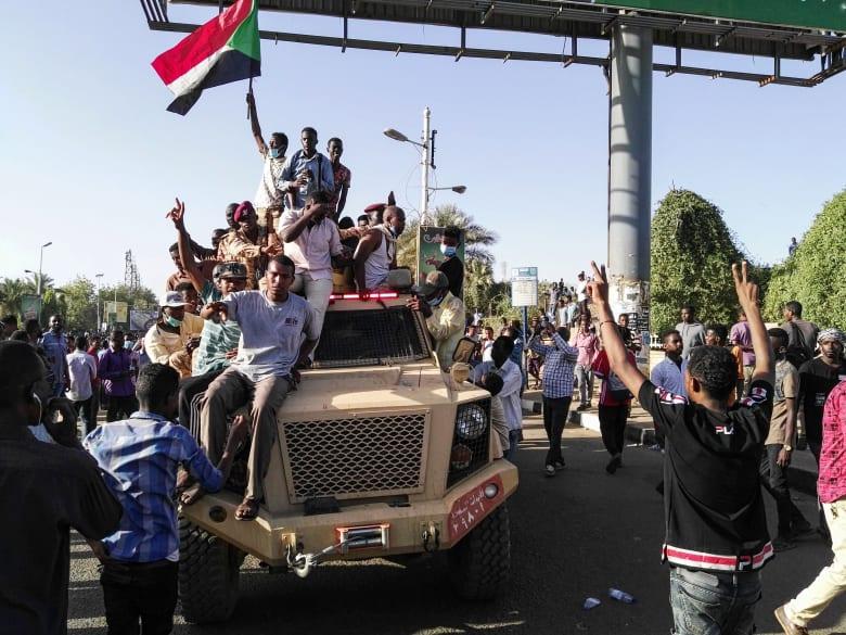 """تلفزيون السودان: خطاب مهم للجيش بعد قليل.. و""""المهنيين"""" توجه المتظاهرين"""