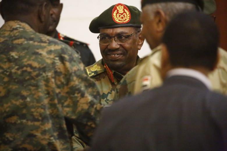"""ماذا ينتظر رئيس السودان عمر البشير إن سُلّم إلى """"الجنايات الدولة""""؟"""