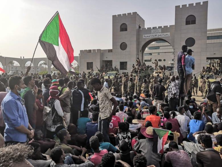 """المتظاهرون السودانيون يرفضون """"الانقلاب العسكري"""" ويطالبون بتسليم السلطة للمدنيين"""