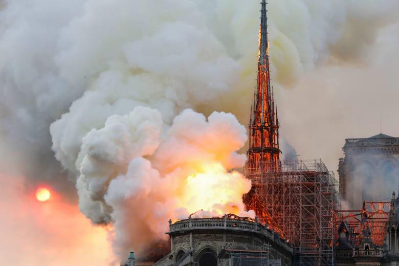المدعي العام يفتح تحقيقا بحريق كاتدرائية نوتردام.. وماكرون يصل إلى الموقع