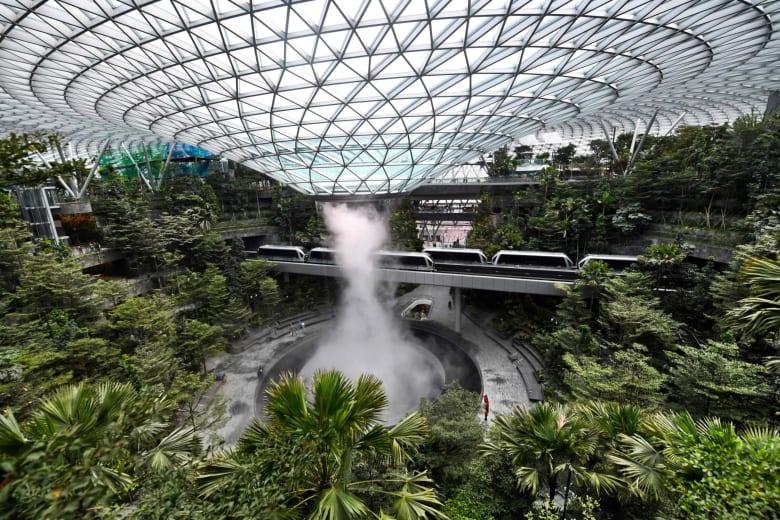 """تجول داخل """"جوهرة شانغي"""" بسنغافورة.. أحدث إضافة بـ""""أفضل"""" مطار في العالم"""