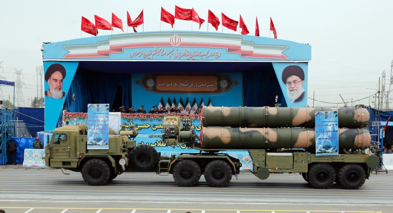 """بالفيديو.. إيران تستعرض """"أحدث"""" أسلحتها خلال احتفالها بيوم الجيش"""