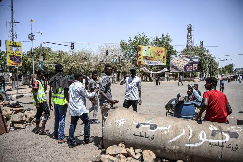 """""""العسكري"""" السوداني يحذر من """"ممارسات سلبية"""" بينها المخدرات وإغلاق الطرقات"""