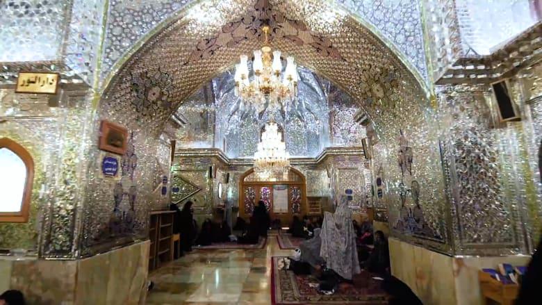 """بُني من قطع الزجاج وتغطيه المرايا..ادخل إلى مسجد """"ملك الضوء"""" في إيران"""