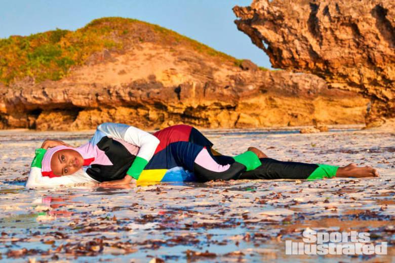 كيف بدت العارضة المحجبة حليمة عدن أثناء التصوير لعدد متخصص بملابس السباحة؟