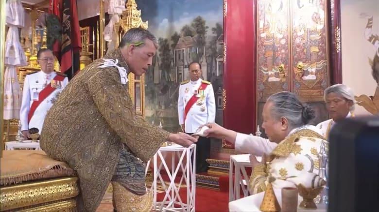 هكذا توج ملك تايلاند في أول مراسم تجري منذ 70 عاماً