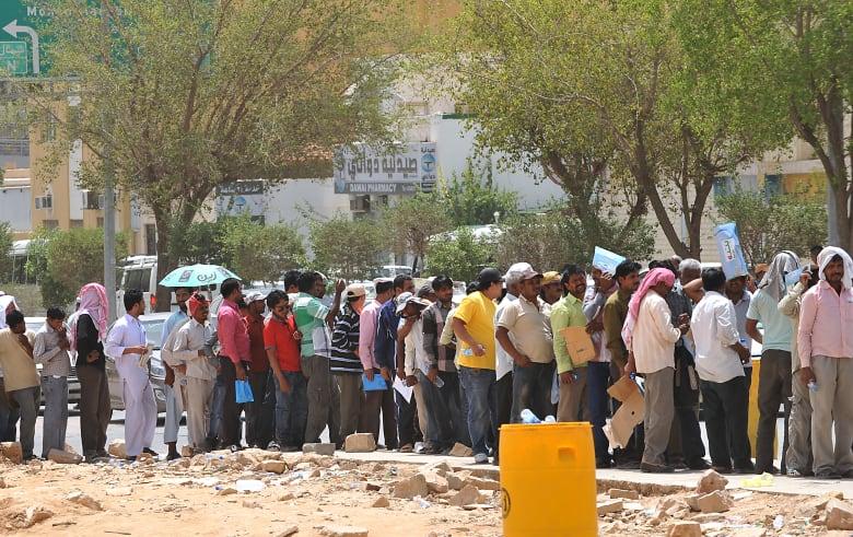 3 ملايين مخالف لأنظمة الإقامة والعمل بالسعودية.. من أين أتوا؟