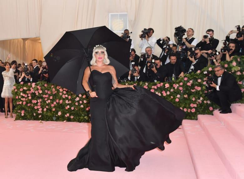 ليدي غاغا تفاجئ الجمهور بـ4 إطلالات خلابة في حفل ميت غالا