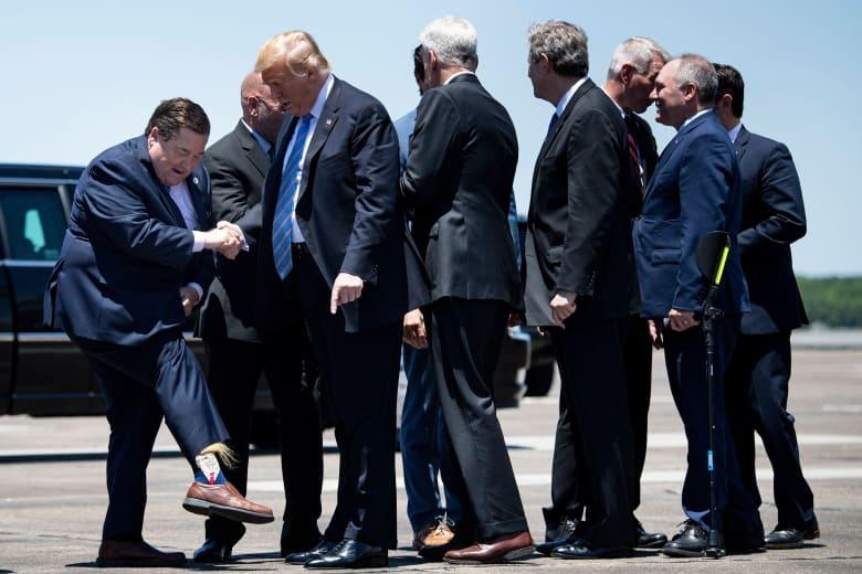 حاكم لويزيانا يرحب بترامب وهو يرتدي جوارب تحمل وجه الرئيس الأمريكي