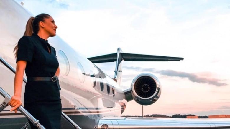 """اعترافات مضيفتي طيران على متن طائرات خاصة..أسلحة وحفلات و""""جثث"""" موتى"""