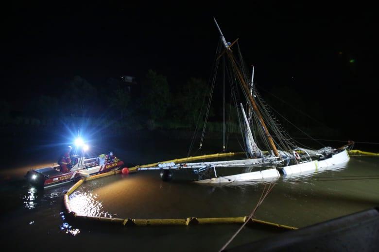 السفينة المنحوسة..بعد أيام قليلة من ترميمها تصطدم وتغرق في المياه