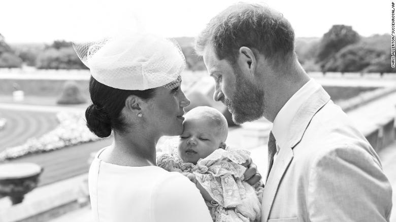 هذه أحدث صور لمولود الأمير هاري الجديد