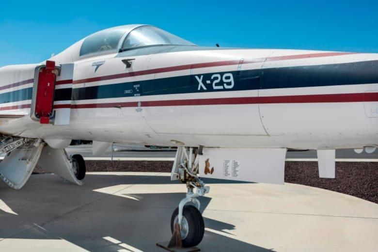 """تعرف إلى الطائرة المقاتلة  """"X-29"""" صاحبة الأجنحة المعكوسة"""